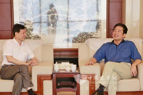 晏平(右)与杨展鹏(左)会谈
