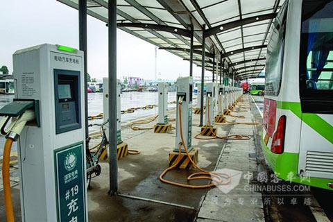 汽车东站电动汽车充电桩为60台电动大巴提供服务
