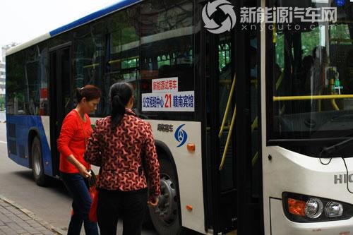 乘客纷纷登上海格新能源公交
