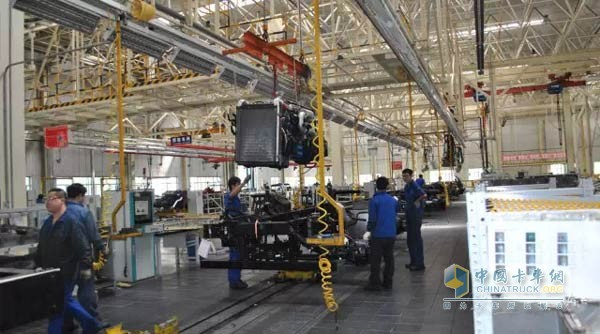 北奔重卡发动机安装-解密北奔重卡生产流程