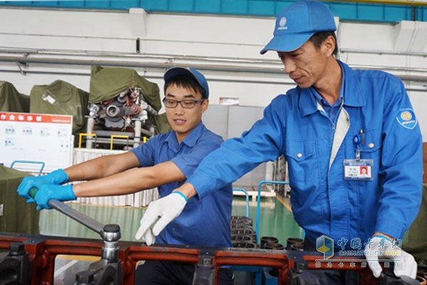 工作中的杨刚指导同事(右)