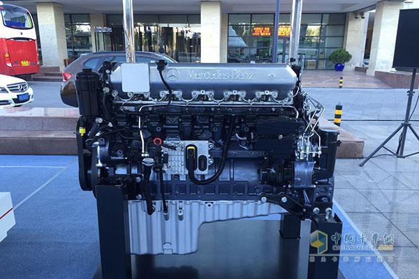"""奔驰OM457发动机   本次展会将亮相目前欧曼主销第四代GTL产品,包括欧曼GTL奔驰版牵引车,搭载奔驰OM457发动机、欧曼GTL超能版牵引车,搭载ISG460发动机及全新搭载康明斯ISG400马力发动机的GTL智能渣土车,同时还包括一款康明斯ISG12发动机和奔驰OM457 430发动机亮相。产品可谓链合了德美中三方科技,实现了""""高出勤率、低油耗、长寿命、地运营成本、智能化""""的性能提升,全面出击中高端市场。   最智能:联合""""五朵金花""""出击 专业智能"""