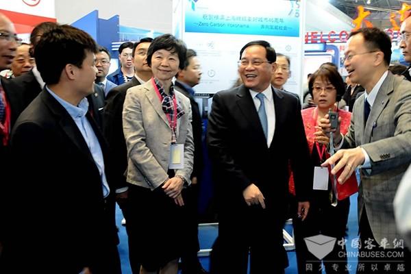 上海市委书记李强视察上交会横滨展区申龙氢燃料客车