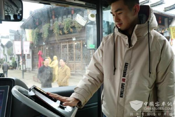 浙江衢州:智能公交发车 自动驾驶刷手买票