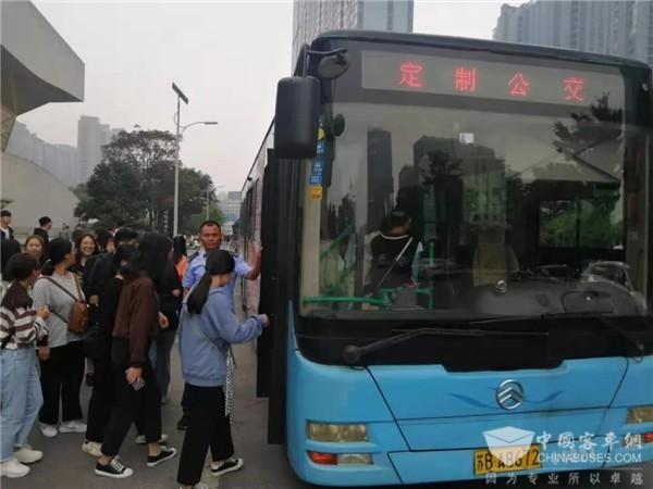 江苏:无锡公交集团做好师生定制专线任务