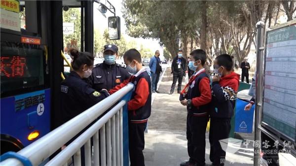 """哈密东畅公交:16辆""""定制公交""""为学生安全出行保驾护航"""