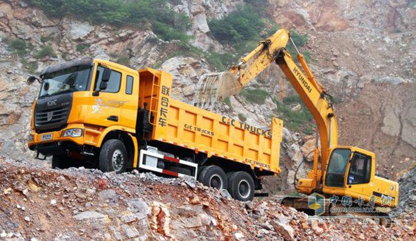 联合卡车自卸车运载矿石
